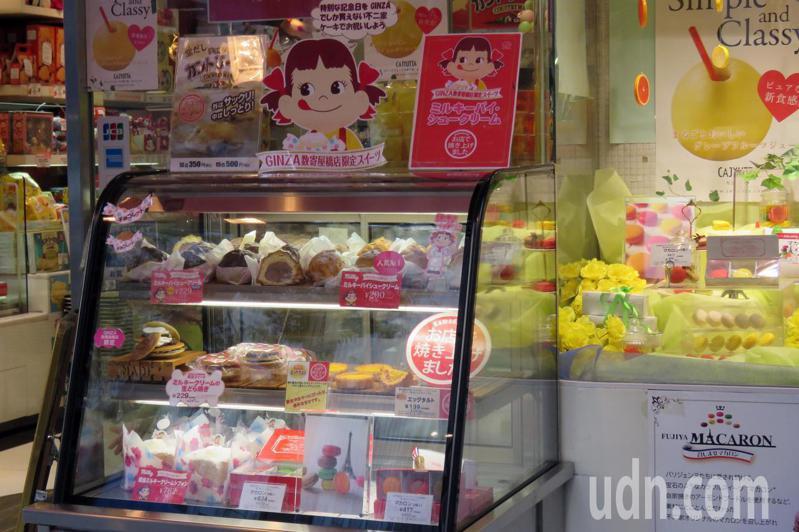 日本10月起調高消費稅,日本政府宣布食品維持8%稅率,但其定義引發爭論。圖為東京的蛋糕店。記者雷光涵/攝影