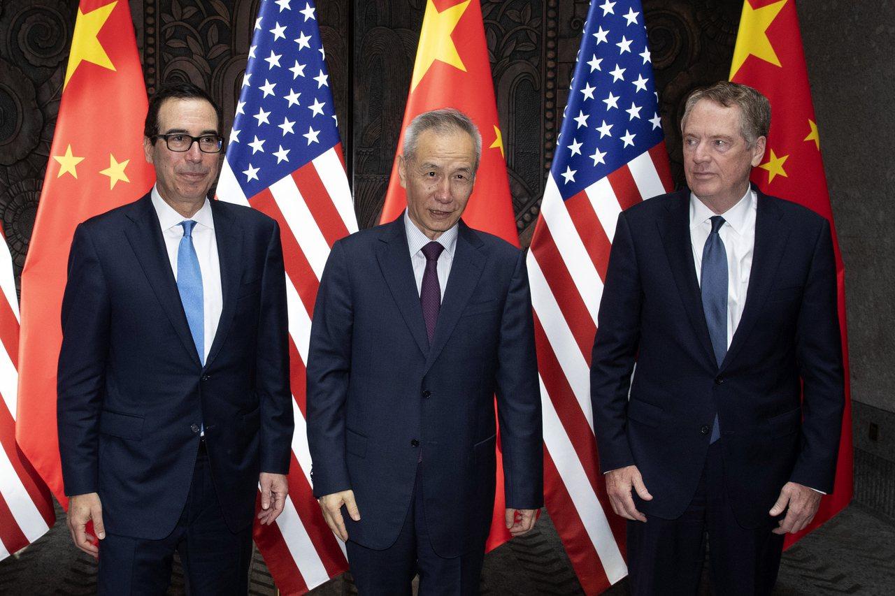 美中雙方今年7月底在中國上海舉行貿易諮商的檔案照片。中國國務院副總理劉鶴(中)與...