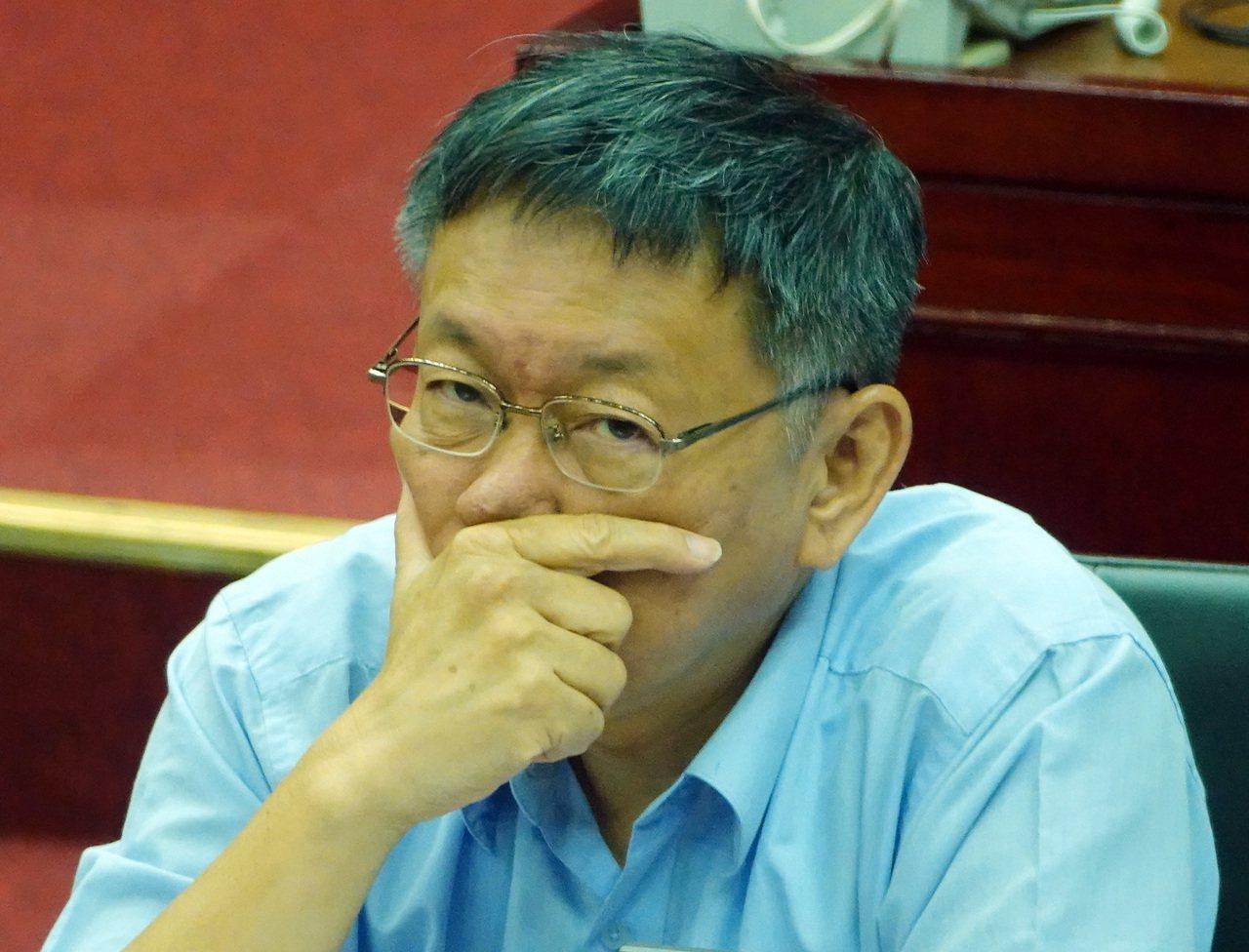 台北市長柯文哲今受訪時表示, 以台灣的長遠歷史來看,有個機會脫離藍綠泥沼,這是個...