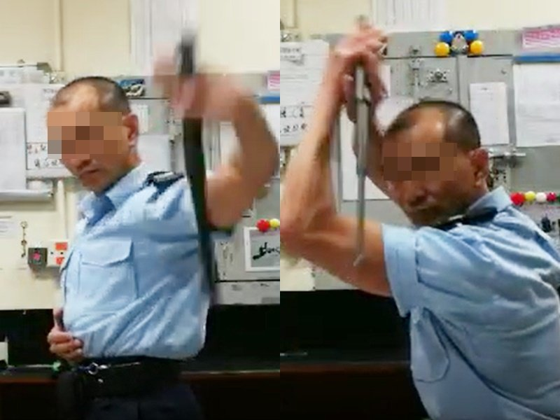 疑似警員玩警棍的影片在網路瘋傳。圖:取自星島日報網站