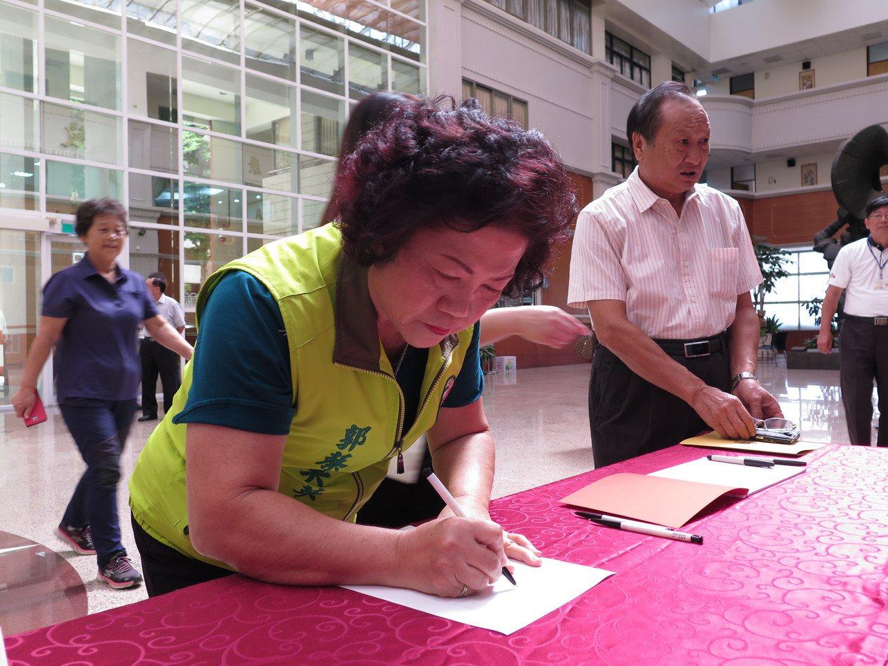 桃園市觀音區市議員郭蔡美英今天宣誓就職。記者張裕珍/攝影