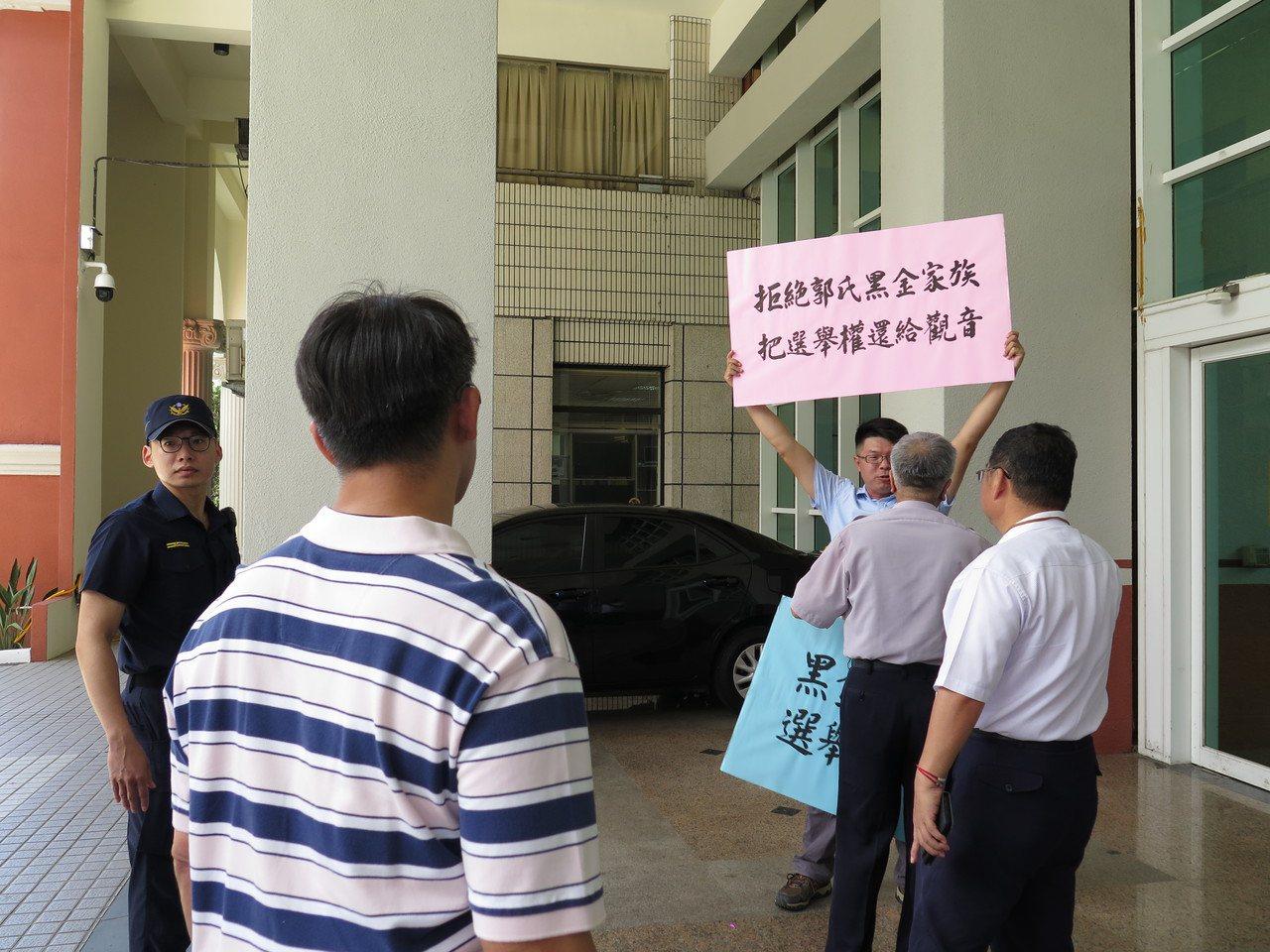 桃市議員郭蔡美英遞補今就任 議員落選人場外抗議