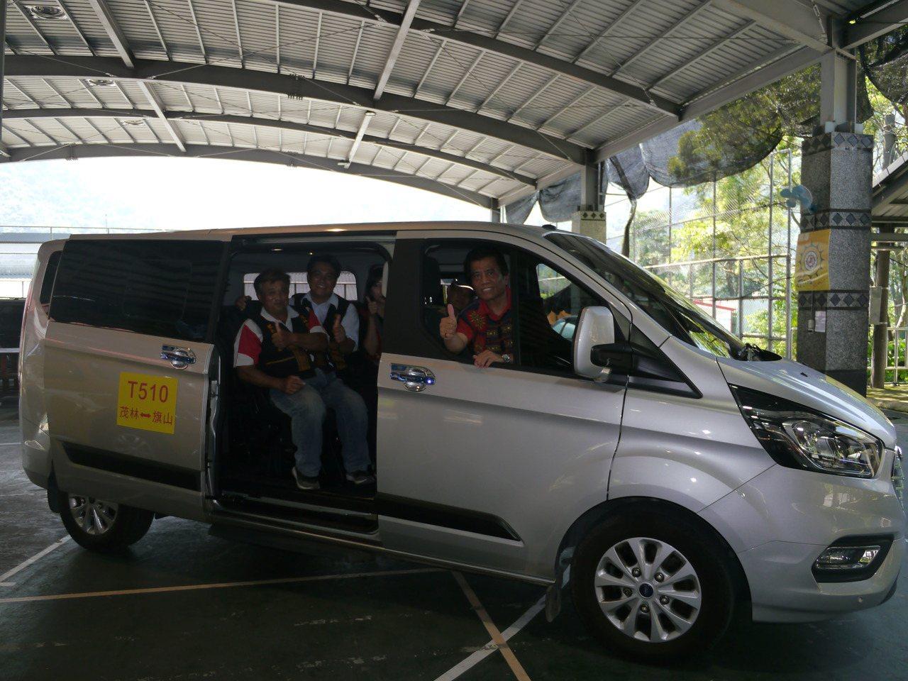 高雄茂林三里長上車試乘公車式小黃的搭乘環境。記者徐白櫻/攝影