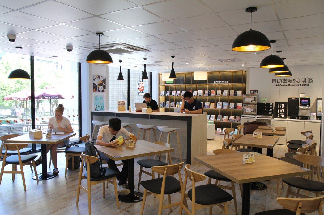 十三舍的便利商店為全台第一間校內複合式商店,設有博客來書區及自助微波咖啡區。圖/...