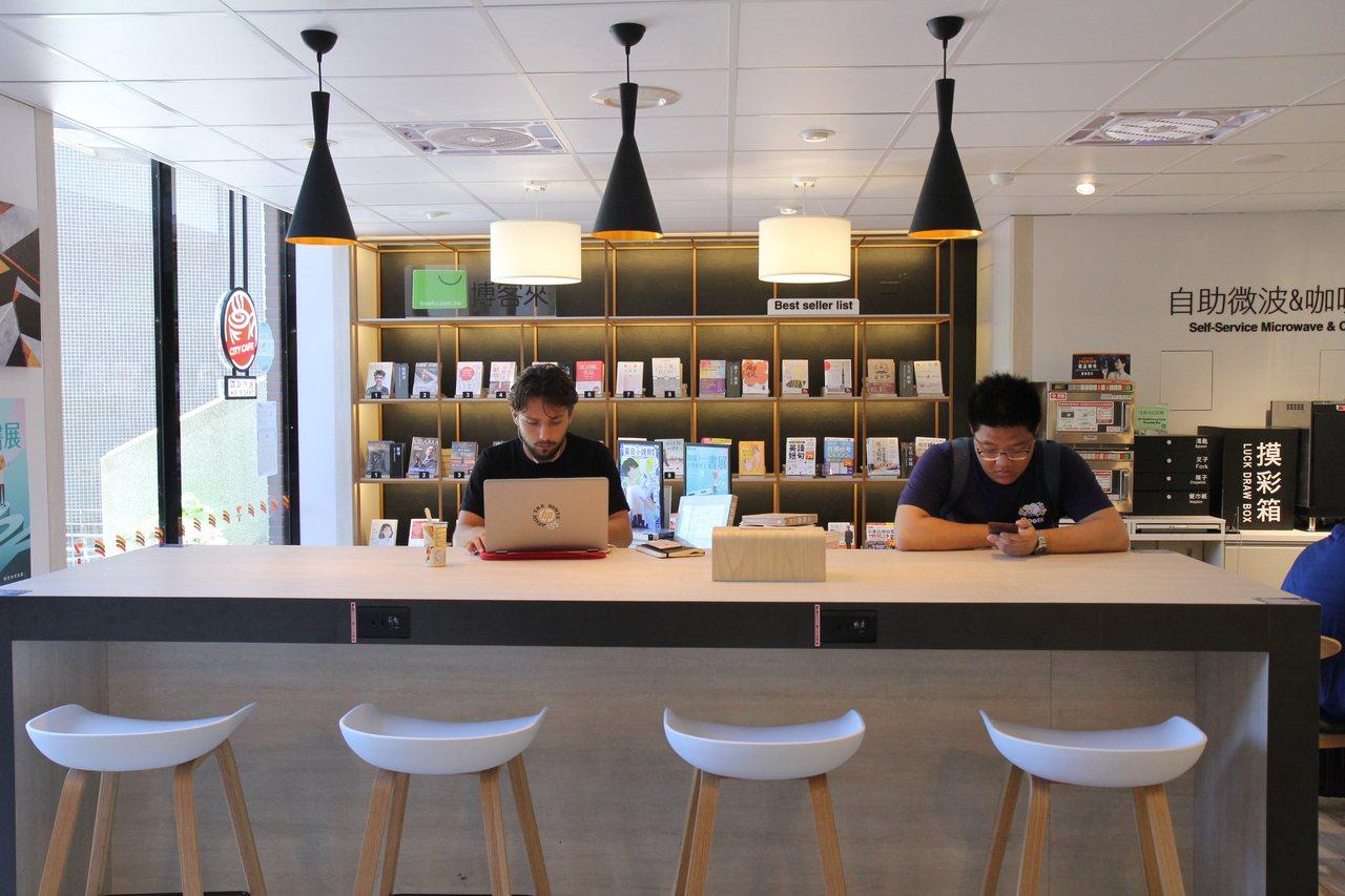 交大十三舍的便利商店設計規劃木白色調咖啡座位區。圖/交大提供
