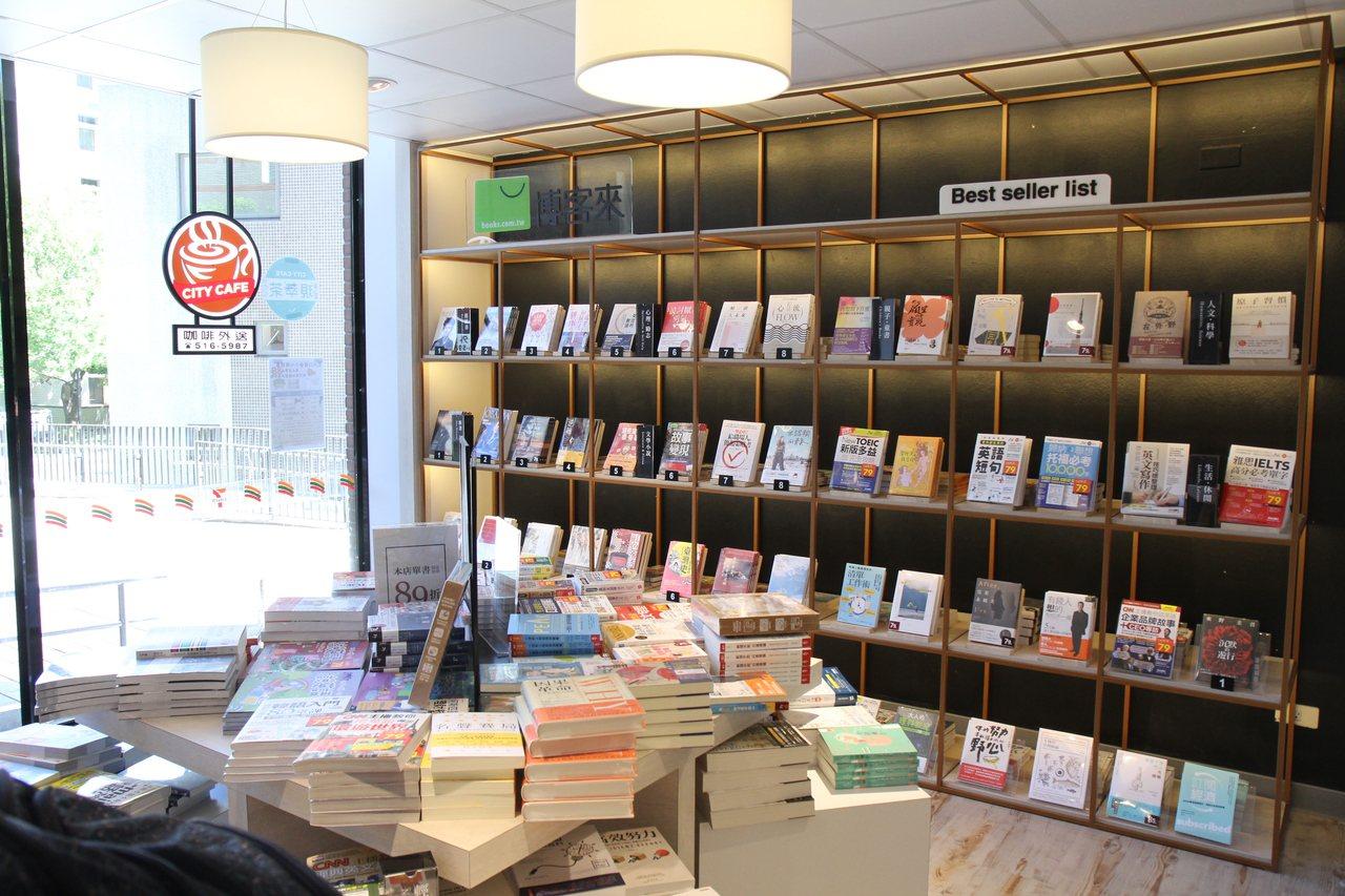 十三舍的便利商店設有博客來書區。圖/交大提供