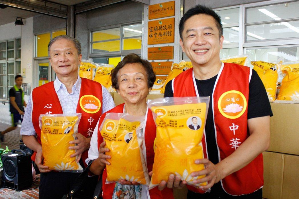 陳昭榮(左)到宜蘭捐贈白米2萬公斤,家族一起做公益,陳昭榮叔叔(左起)、陳媽媽、