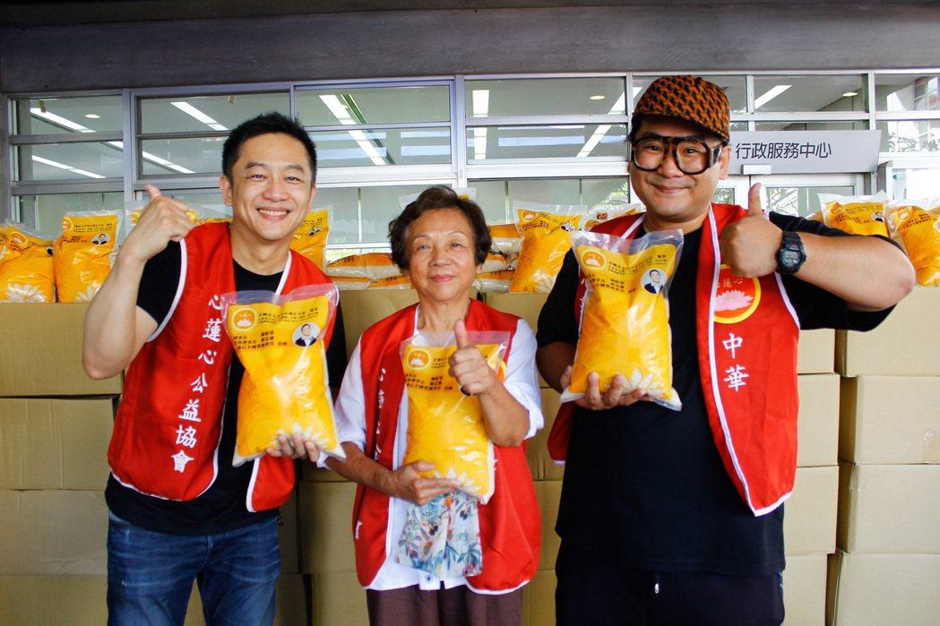 陳昭榮(左)到宜蘭捐贈白米2萬公斤,提前跟媽媽(中)一起做公益過中秋,右為爆爆。...