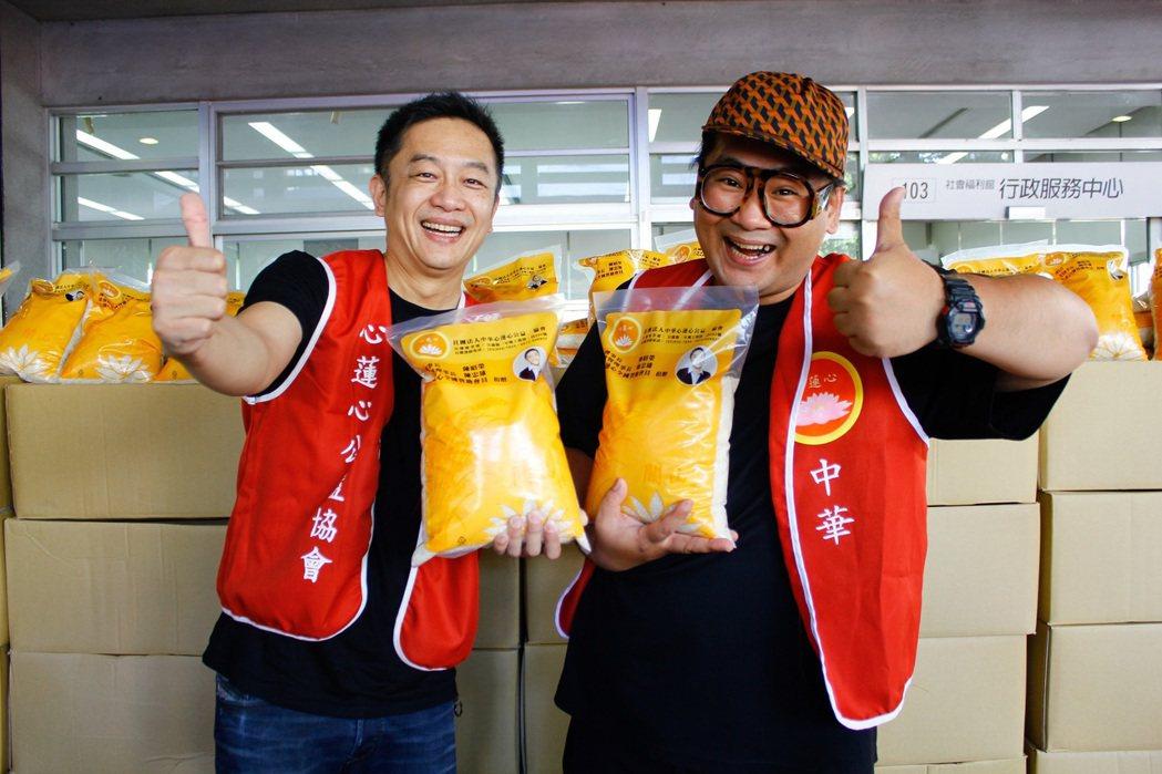 陳昭榮(左)到宜蘭捐贈白米2萬公斤,帶子弟兵爆爆(右)一起做公益。圖/中華心蓮心...