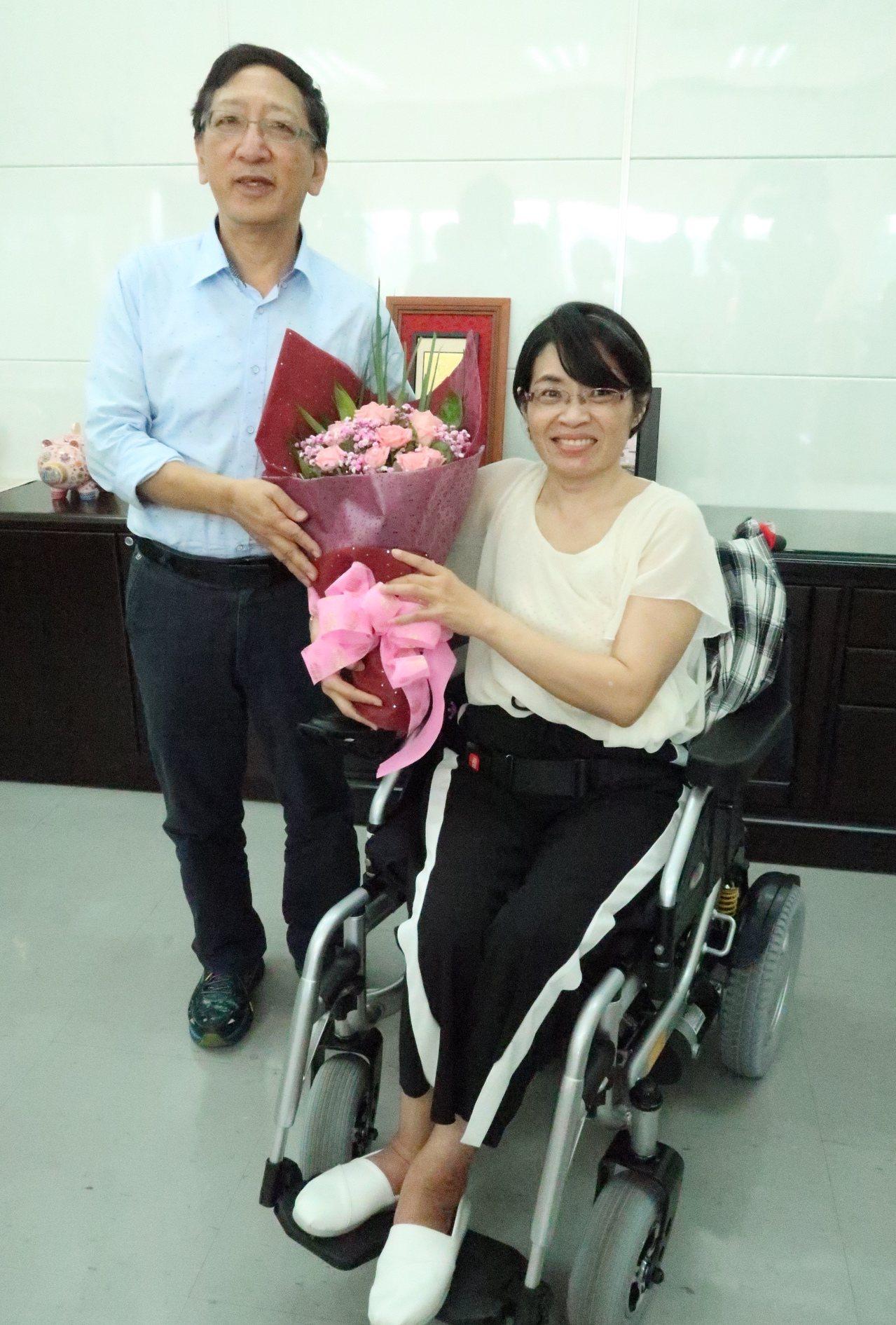 脊髓損傷者陳柳云(右)騎著電動輪椅到教育局,感謝豪大雨當天救她脫困的教育局長吳榕...