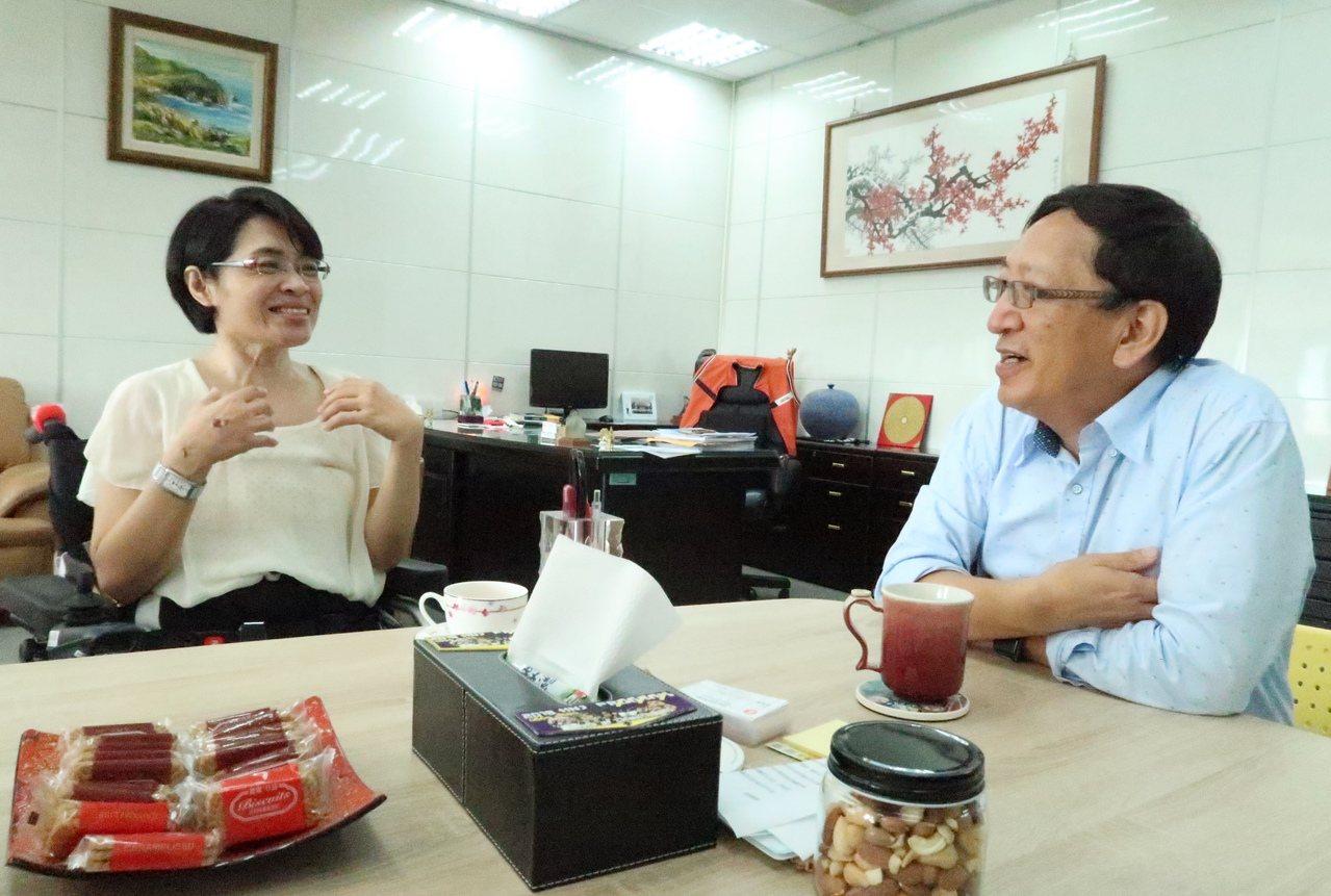 脊髓損傷者陳柳云(左)和教育局長吳榕峯(右),講起7月19日豪大雨那天的情形。記...