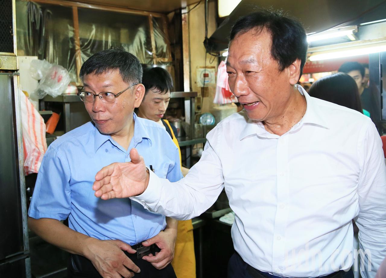 面對郭台銘(右)與台北市長柯文哲(左)的結盟成形,民進黨評估「衝擊沒有想像中大」...