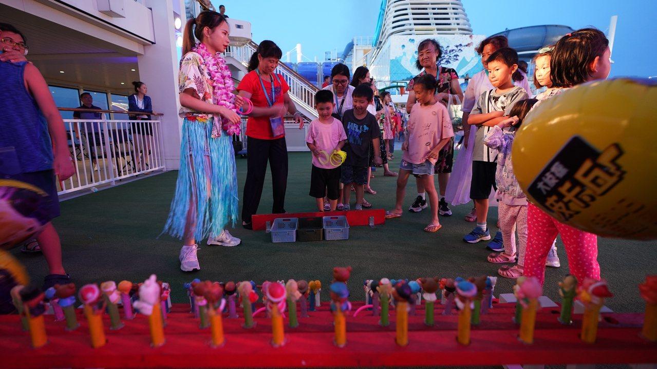 具有濃厚台灣味的「海上夜市」,不僅將夜市中的特色美食通通搬上郵輪,還有套圈圈、彈...