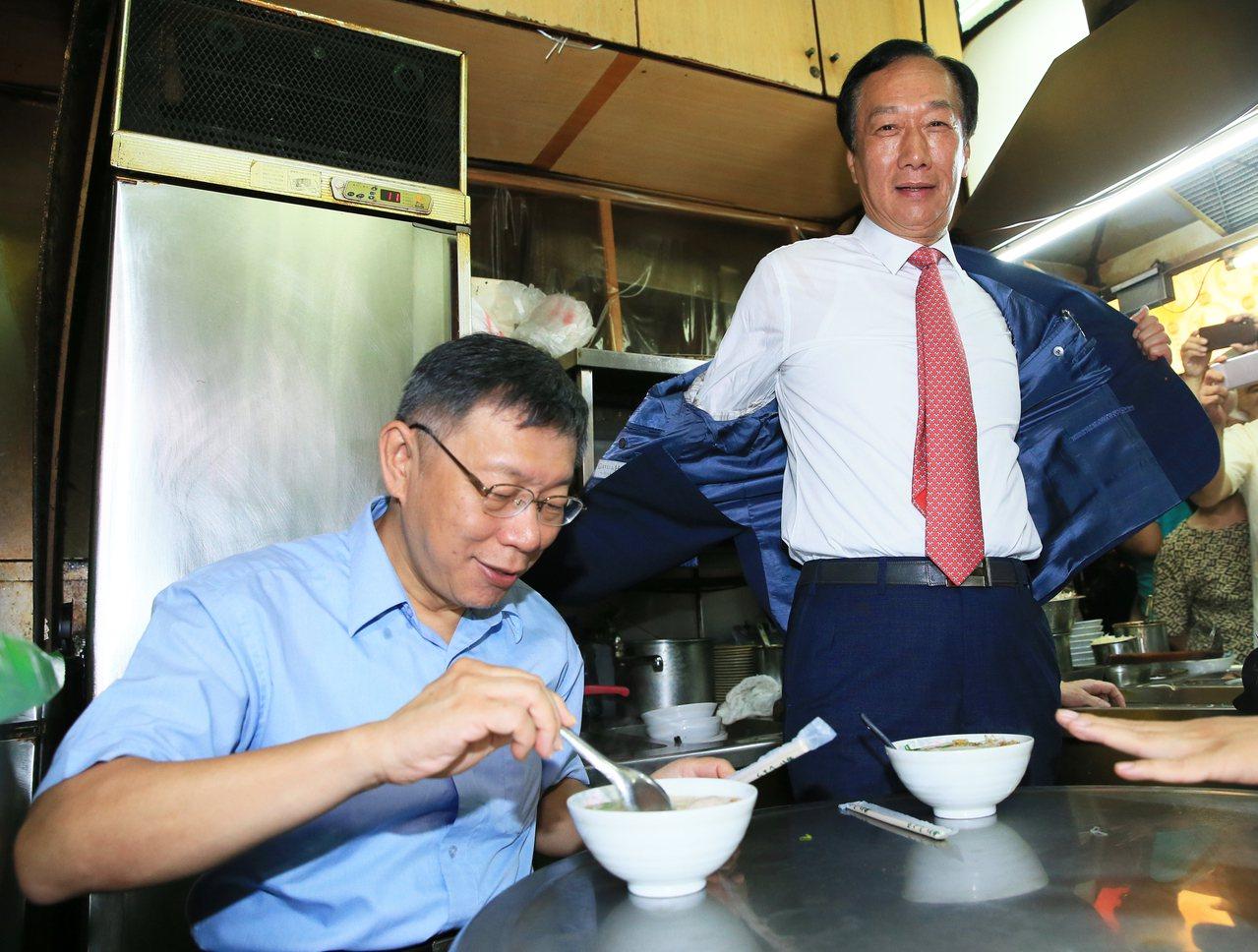 鴻海創辦人郭台銘(右)脫下藍袍,今天宣布退出國民黨。記者潘俊宏/攝影