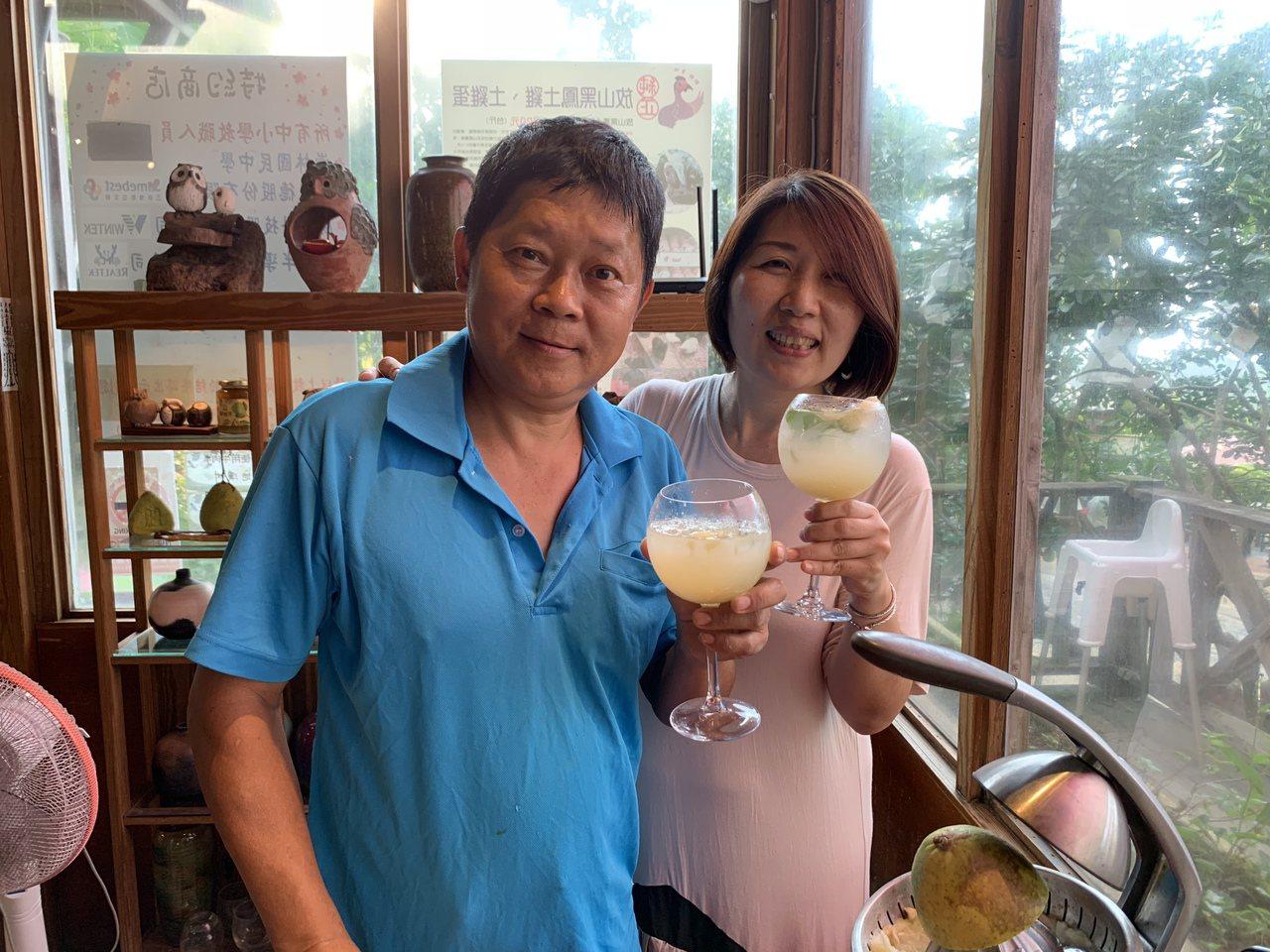 柚農林炳昌與妻子顏姿琳發揮創意,將八里柚做成柚子汁。圖/新北市農業局提供