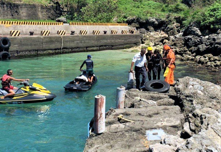 消防和救難人員將潛客載上岸。記者潘欣中/翻攝