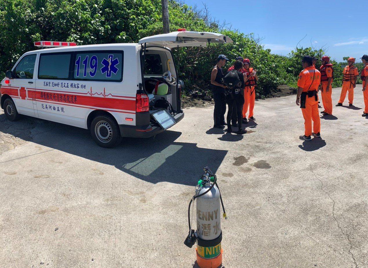 消防和救難人員將潛客載上岸,潛客表示不必送醫。記者潘欣中/翻攝