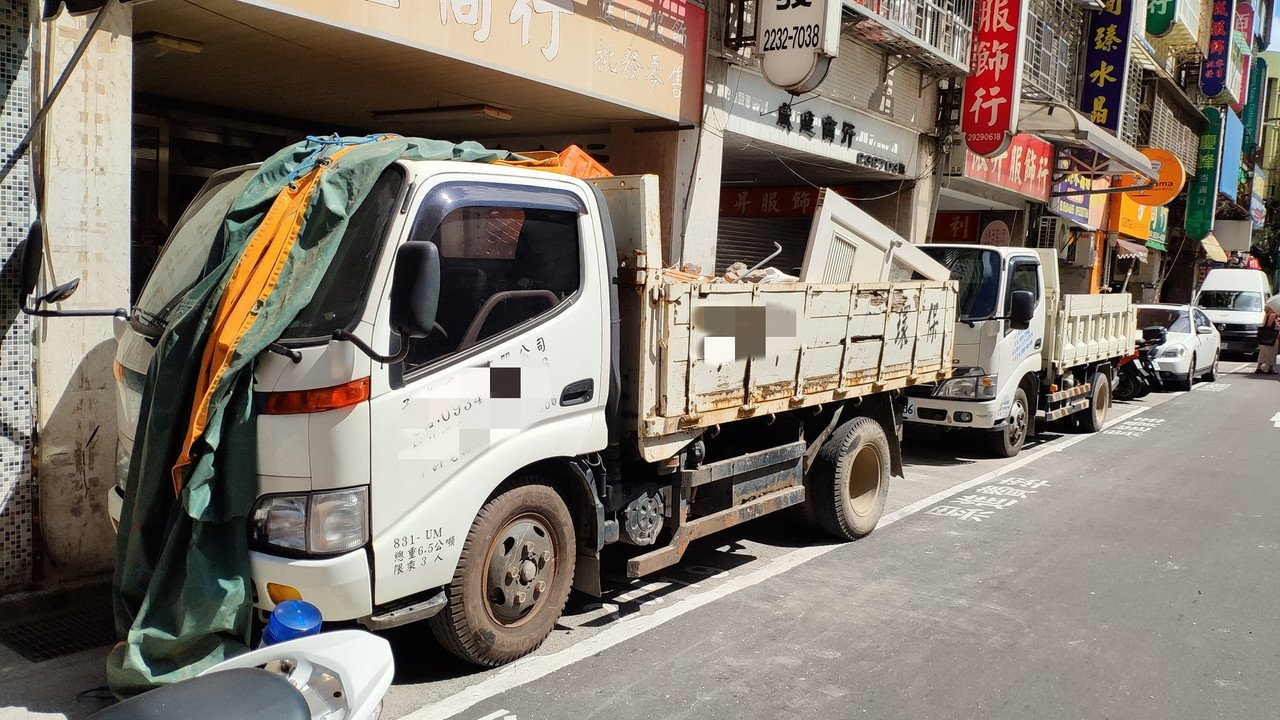 劉姓工頭3人在路旁施工,將磚頭自二樓丟下到一樓貨車上時,磚頭反彈拋出,砸中恰好路...