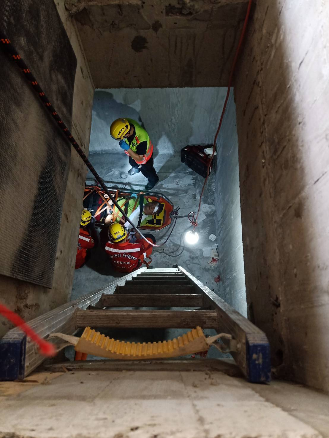 台中市后里區今天發生工安意外,一名工人摔落4公尺深受傷。記者游振昇/翻攝