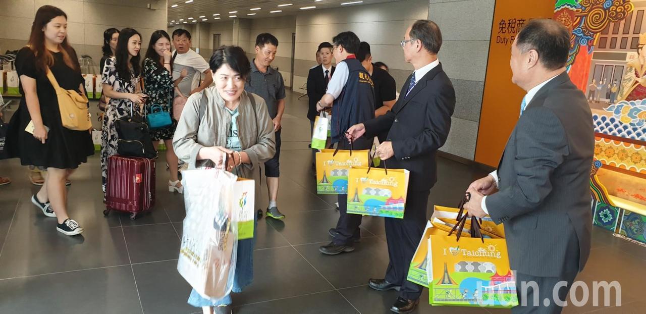 台中到韓國釜山班機今天直航,韓國旅客抵達台中機場。記者游振昇/攝影
