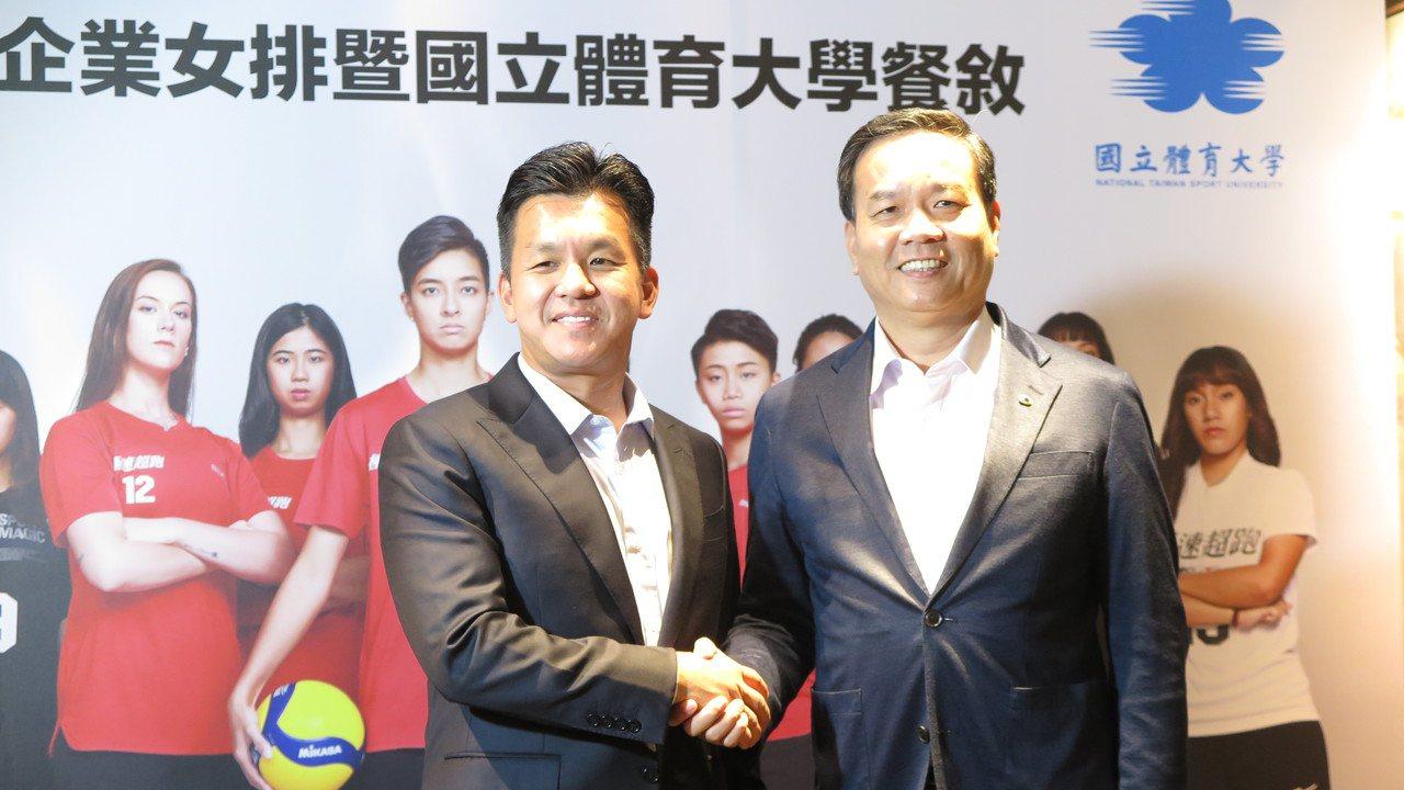 極速超跑執行董事周哲男(左)與國體大校長邱炳坤。記者毛琬婷/攝影