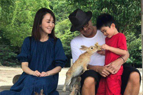 范文芳最新電視劇作品「你那邊怎樣,我這邊OK」近期熱烈在台灣及新加坡兩地播映,工作之外的范文芳將閒暇時間完全留給兒子,才分別前往澳洲伯斯及日本旅遊,在即將到來的中秋節又將舉家前往峇里島,表示自己一點...