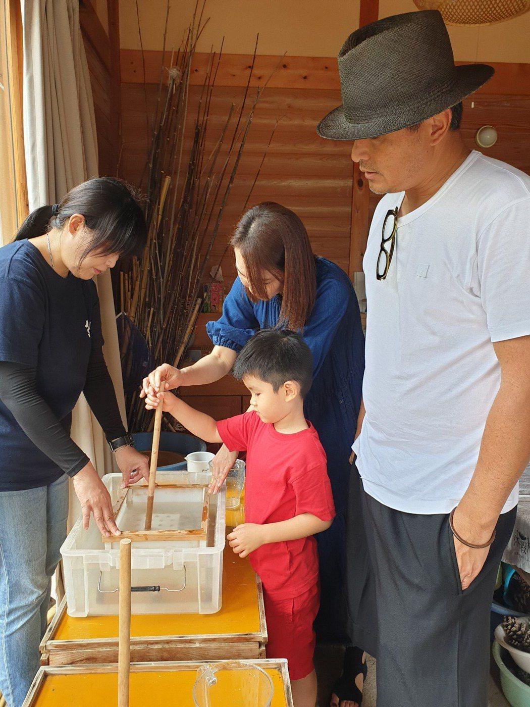 范文芳一家三口為了兒子四處旅行。圖/凱渥提供