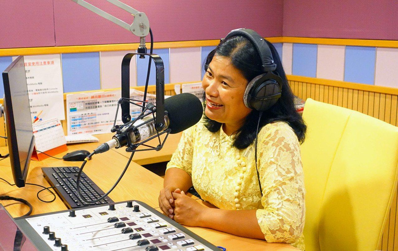 緬甸媽媽葉碧珠,擔任教育廣播電台「幸福聯合國」節目的主持人,入圍今年廣播金鐘教育...