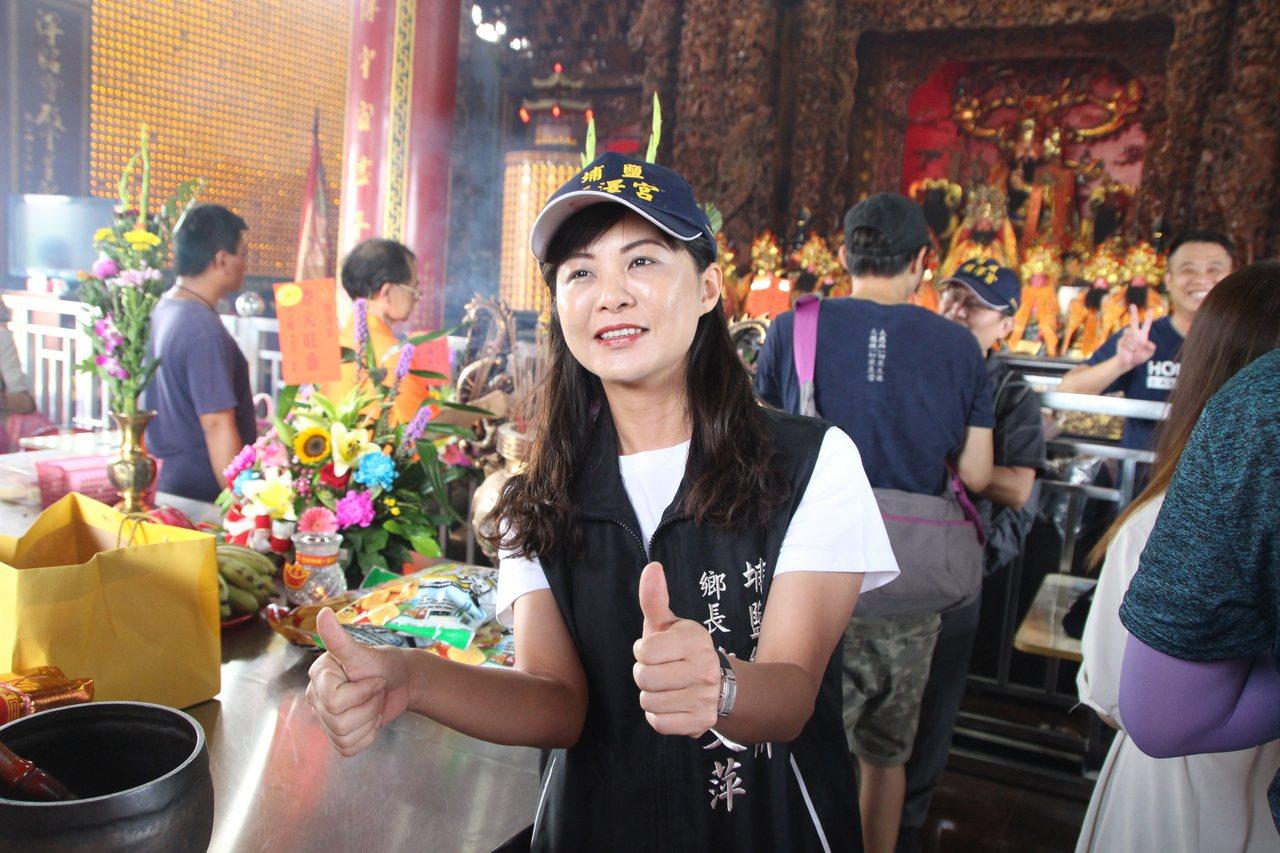 埔鹽鄉長許文萍戴上「順澤宮」幸運帽。