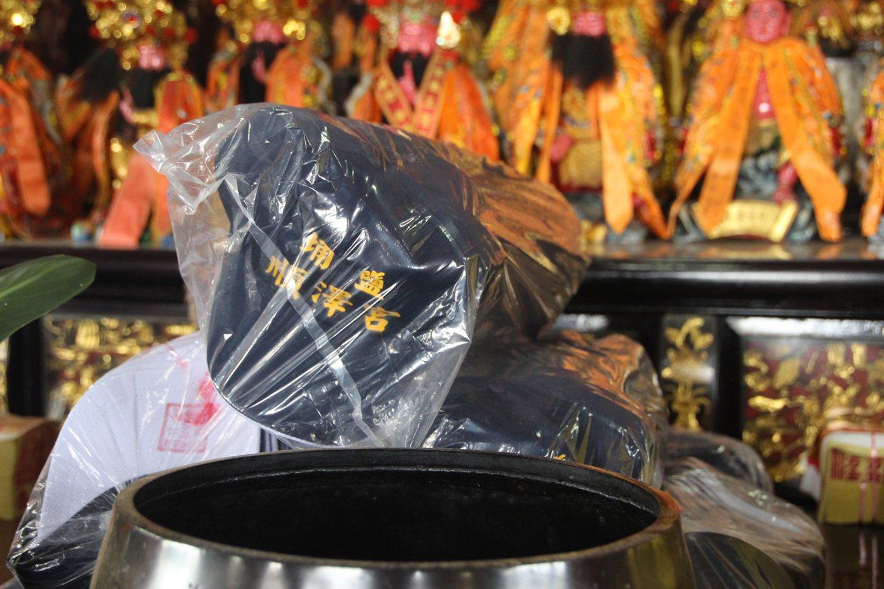 「順澤宮」今天準備1800頂帽子發送。