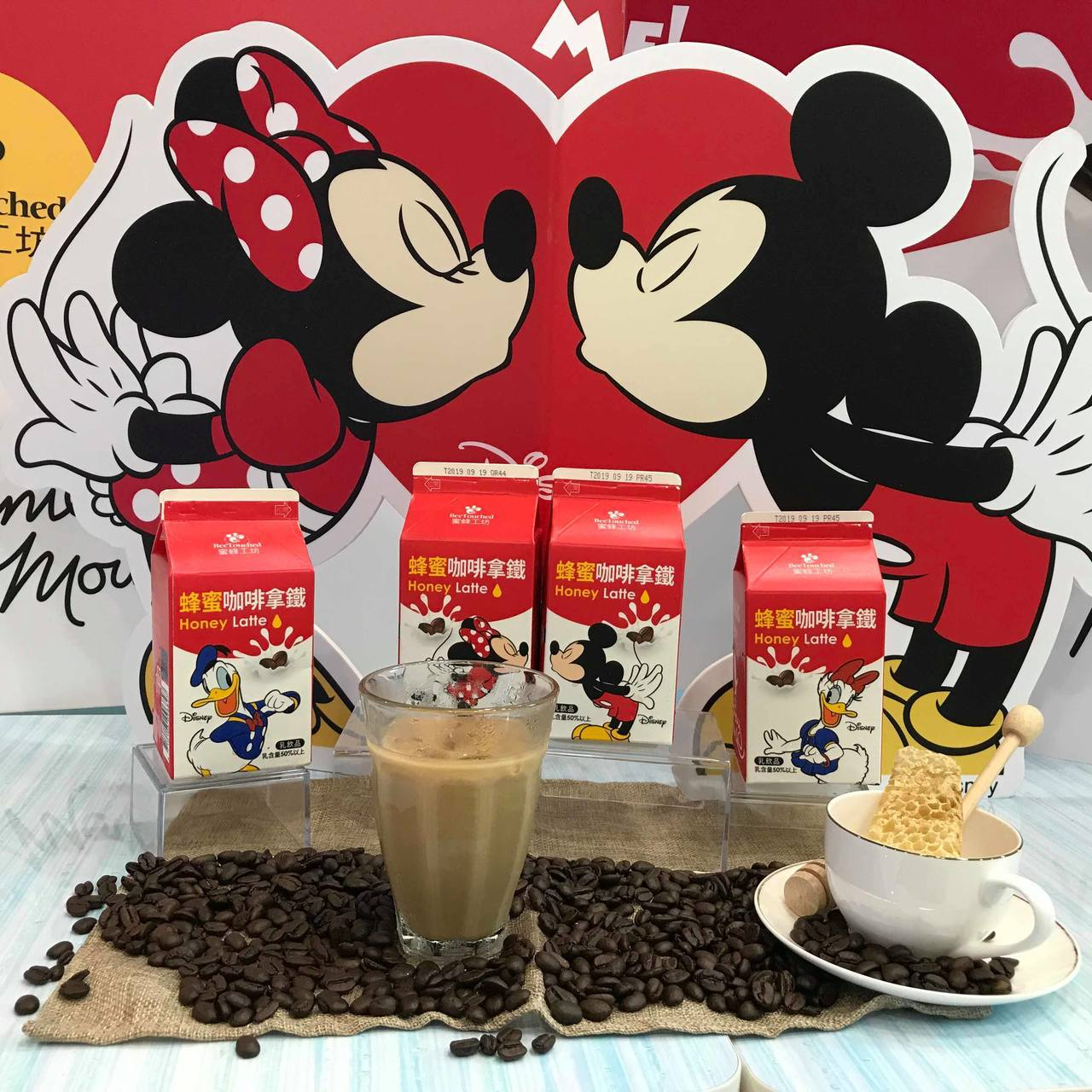 7-ELEVEN獨家販售的「蜜蜂工坊」蜂蜜咖啡拿鐵,共有米奇、米妮、唐老鴨、黛西...