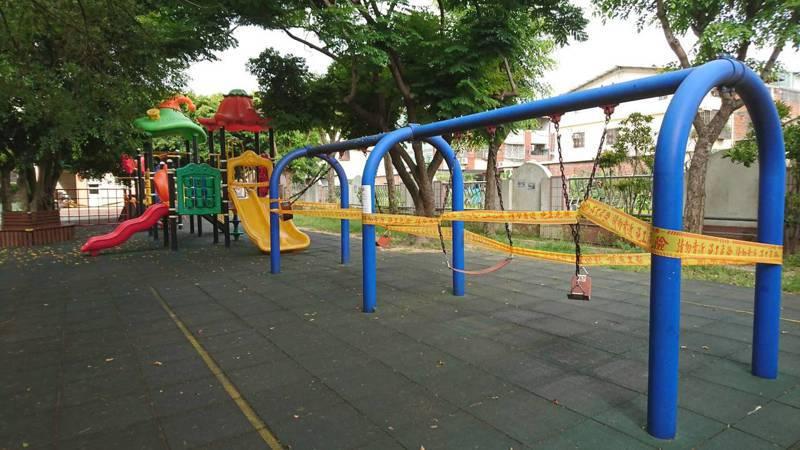 衛福部修改兒童遊樂場設施安全規範,預計112年1月要達成,台中市傳出多數國小把不符新標準的溜滑梯、攀爬架等設施封鎖起來,禁止小朋友玩,以免出事後責任難釐清。圖/台中市教育局提供