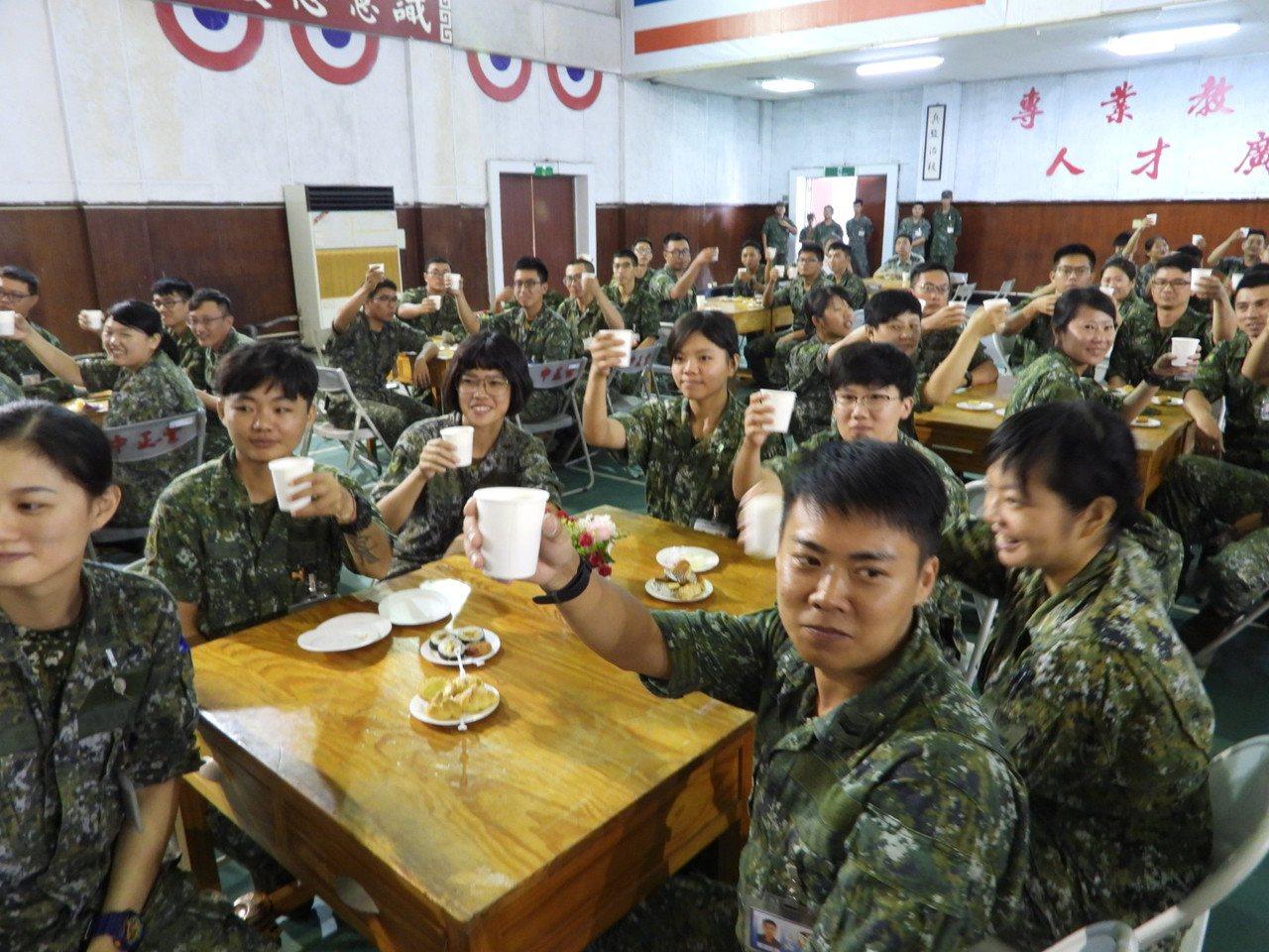 台南市府到砲兵指揮部勞軍,官兵代表列席吃點心喝飲料。記者周宗禎/攝影