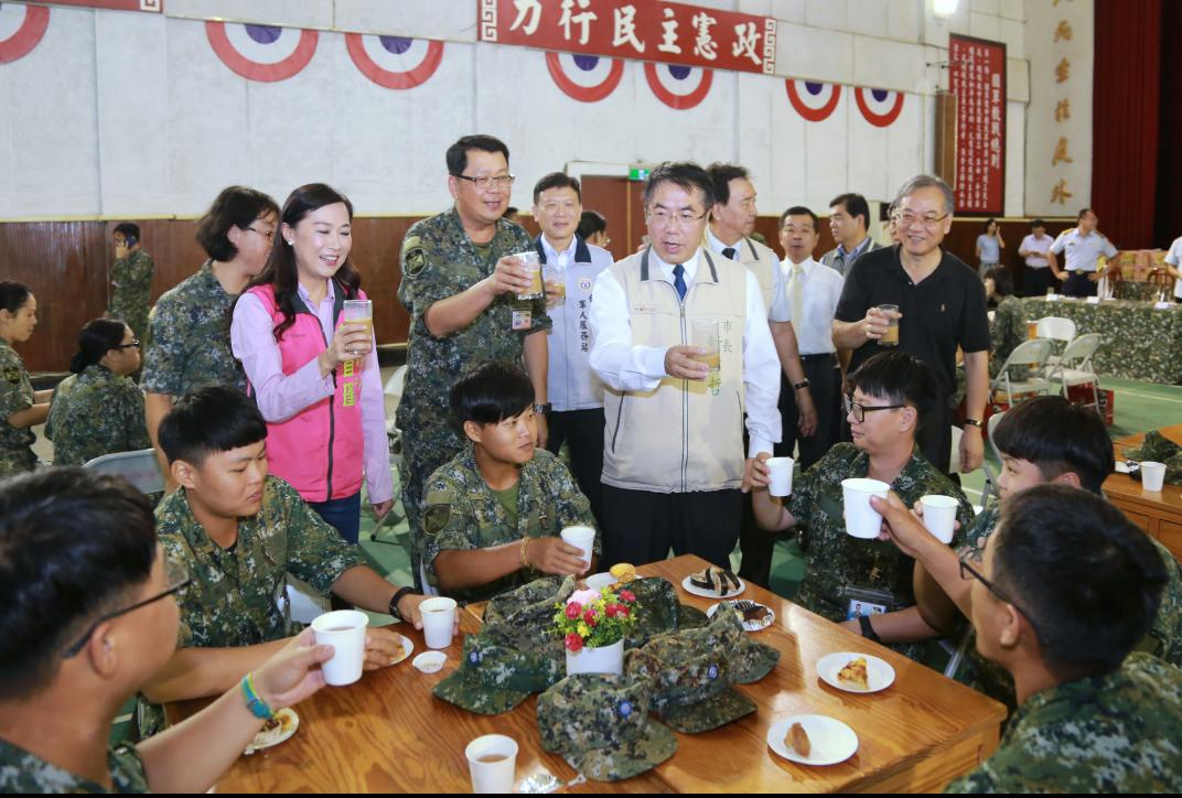 台南市長黃偉哲率團到砲兵指揮部勞軍,林宜瑾到場致意。記者周宗禎/攝影