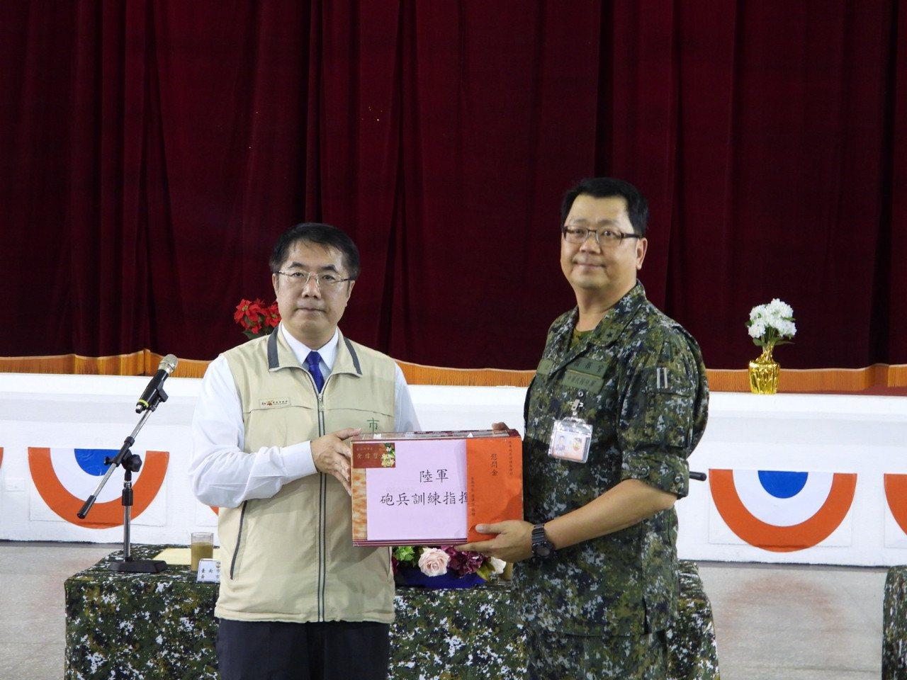 台南市長黃偉哲率團到砲兵指揮部勞軍,感恩天災時軍方投入救助。記者周宗禎/攝影