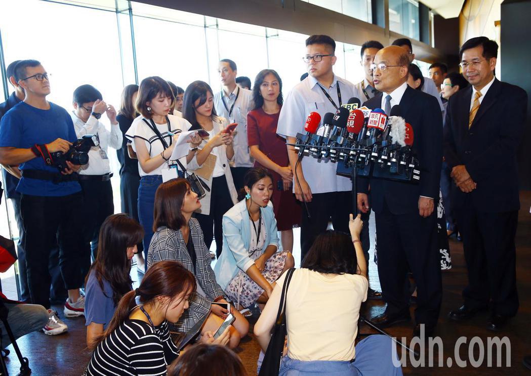行政院院長蘇貞昌下午出席第43屆金鼎獎頒獎典禮,會前接受媒體提問。記者杜建重/攝...