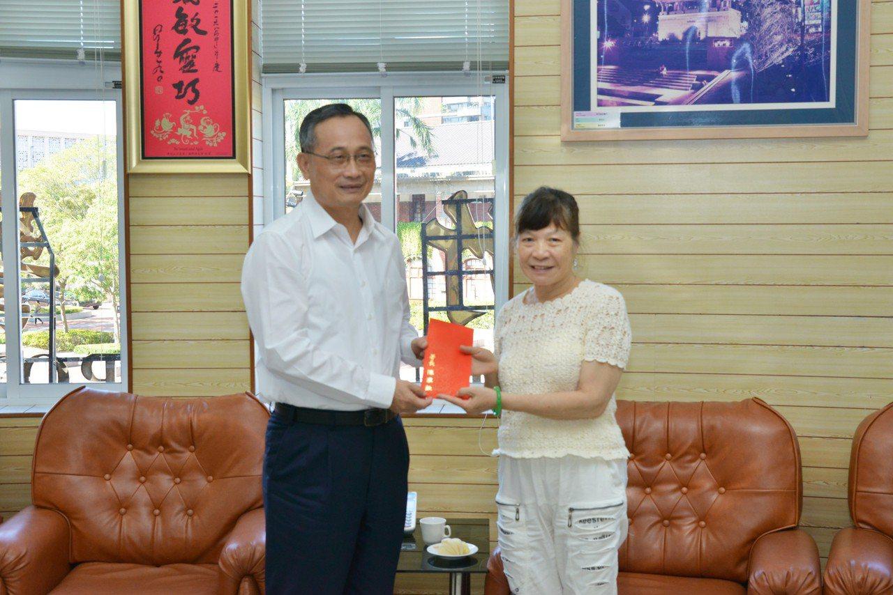 警政署長陳家欽(左)今到新竹市慰問范姜群國家人(右)。圖/新竹市警局提供