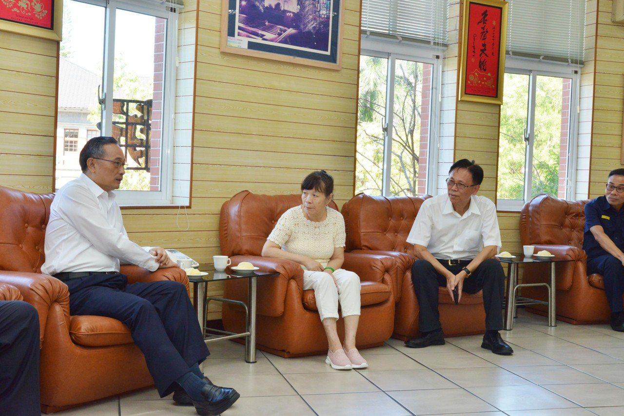 警政署長陳家欽(左)今到新竹市慰問范姜群國家人(中)。圖/新竹市警局提供