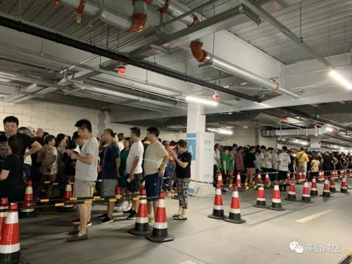 上海Costco 再現排隊人潮,這次是排隊買茅台酒。圖/茅台時空微信公眾號