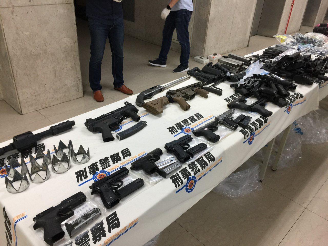 刑事局破獲地下兵工廠,查獲8把長短槍和大批子彈、工具。記者陳金松/攝影