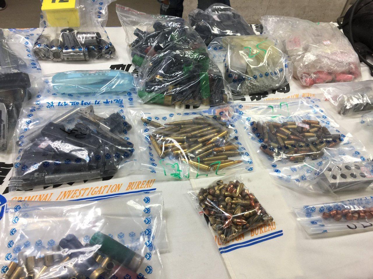 警方在兵工廠內搜出手槍彈、長槍彈和霰彈百餘發。記者陳金松/攝影
