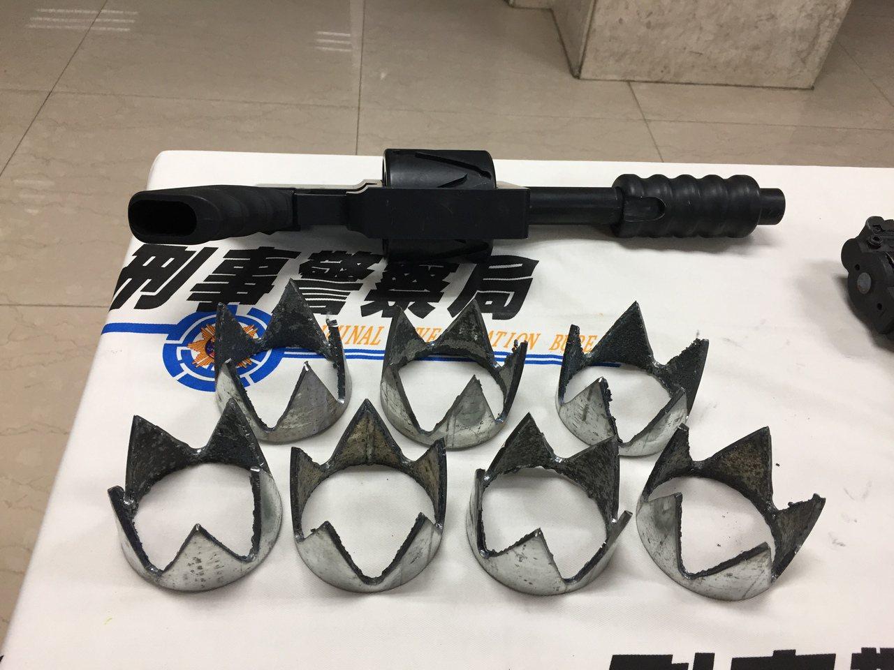 嫌犯改造的霰彈和轉輪零件。記者陳金松/攝影