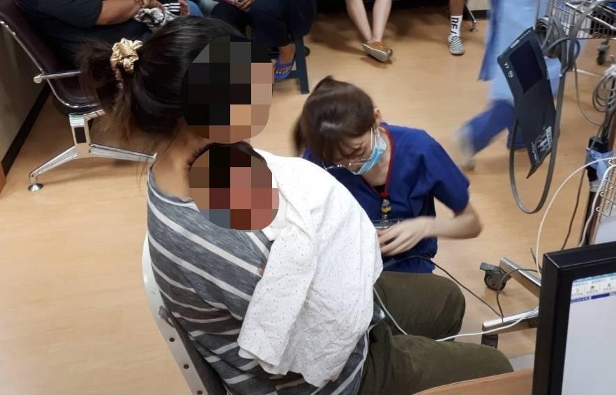住在台東縣海端鄉崁頂村的一對夫妻,昨天(11日)晚間8點多,騎著機車抱著嬰兒疾駛...