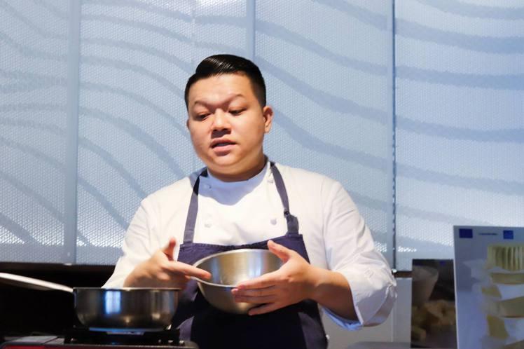 《態芮》主廚何順凱現場示範餐點。記者徐力剛/攝影