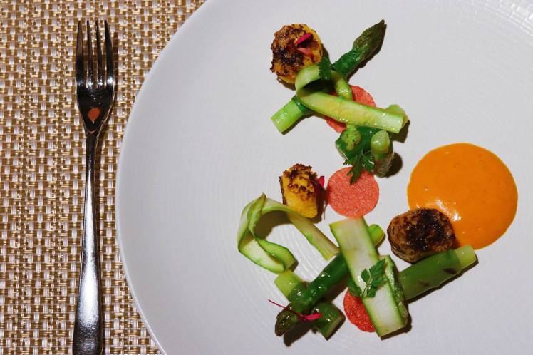 特製餐點「鹹蛋黃竹筍與綠蘆筍佐法式枸杞伯那西醬」,顛覆饕客味蕾。記者徐力剛/攝影
