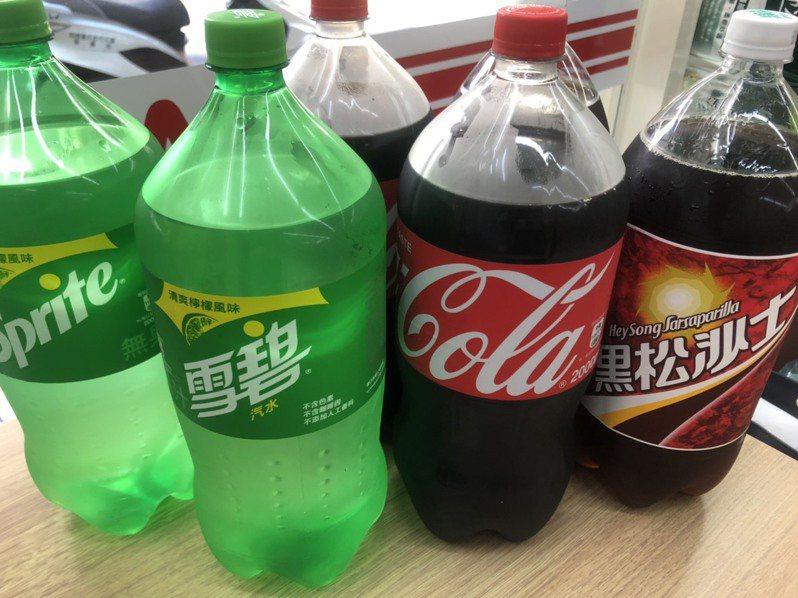 OKmart推出「巨型寶特飲品聯促」,即日起至9月15日可享第2件6折。圖/OKmart提供