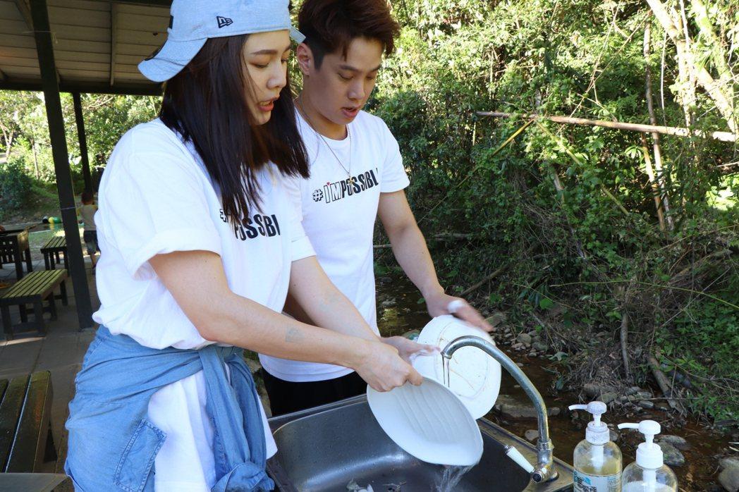 白家綺(左)和吳東諺也在現場陪伴小朋友。圖/台灣藝起發光促進協會提供