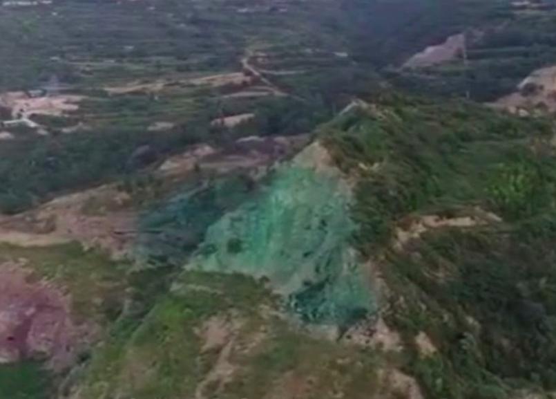 被大陸網友質疑是「塗綠漆充當復墾綠化」的地方,礦業公司指,噴綠漆可以防揚塵。圖/...