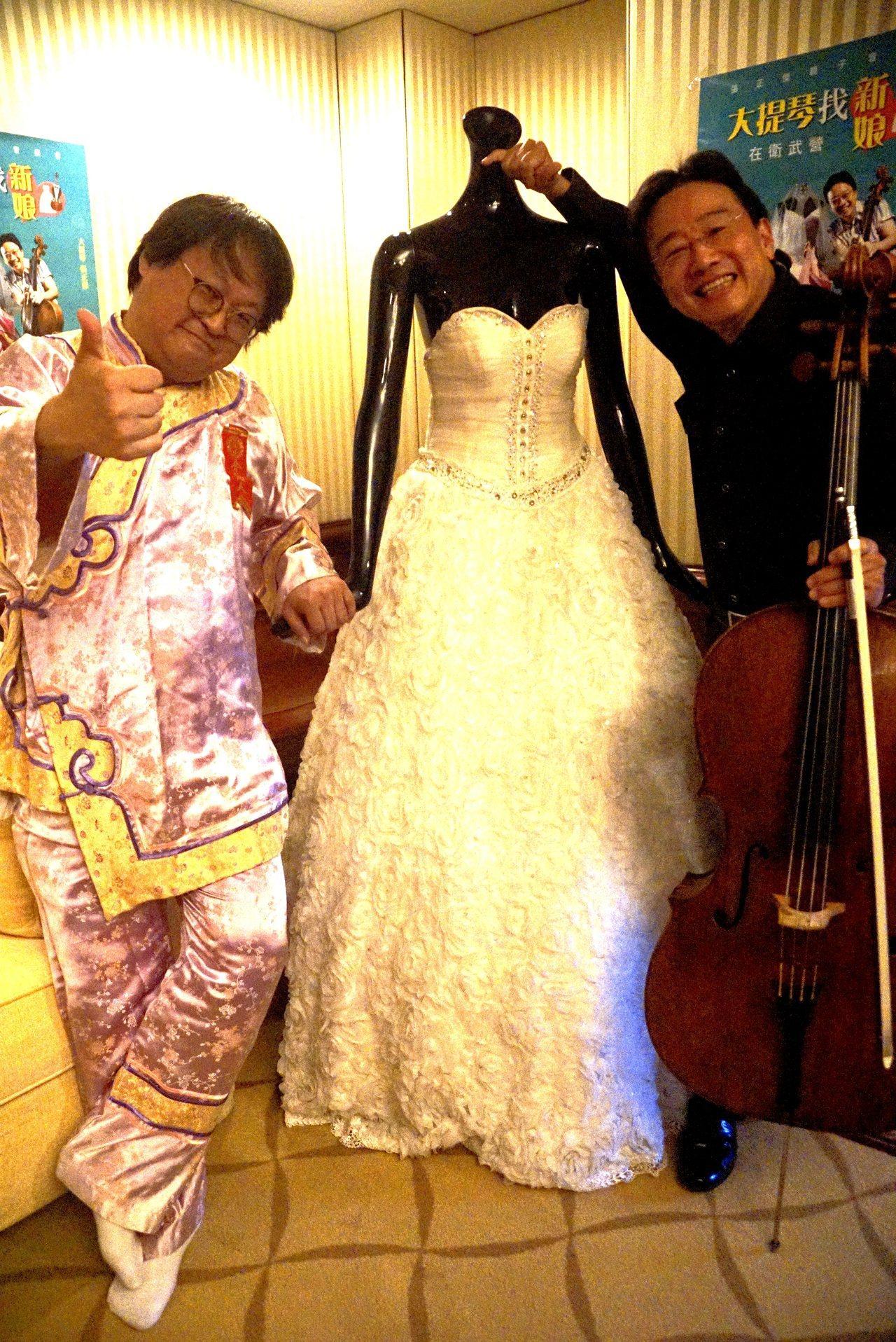 音樂家張正傑(右)的大提琴「盧傑利」身價6千萬,演員趙自強(左)充當媒婆要在音樂...