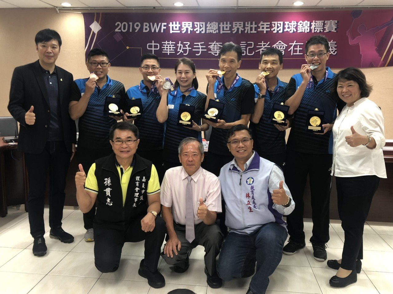 市長黃敏惠(後排右ㄧ)接見中華隊吳昶潤(後排右四)等6名選手,恭賀他們取得佳績。...